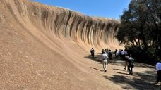 这块即将破碎的巨大波浪,为何会被冻结在澳大利亚这里呢?