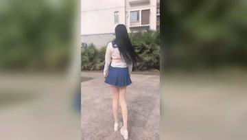 年轻的小姐姐不仅要性感还要散发甜美气息,水手百褶裙搭配白色丝袜最好不过