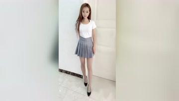 身高155的小姐姐也能穿出气场感,百褶裙高跟鞋搭在一起的效果挺美