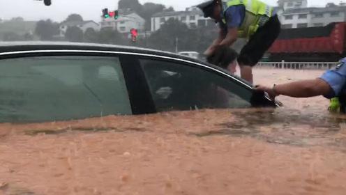 宜昌突降暴雨城区内涝严重多车被淹 有人被困车内夷陵交警砸窗救人