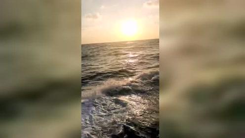 看着这样的波浪,日落美得一塌糊涂