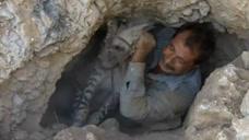 山洞里频频传出嘶叫声,男子钻进洞里一看,瞬间替他捏了一把汗!