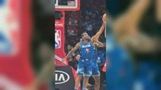 篮球精彩一瞬:莱昂纳德生抢恩比德 全力防守致敬曼巴精神