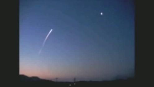 奇闻:天空不明飞行物摧毁攻击它的导弹的图片