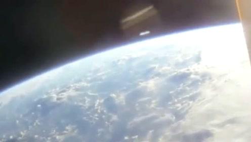 地球上方拍摄到的珍贵UFO快速飞过的画面