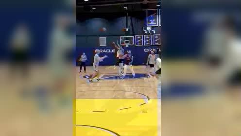 #NBA圈#这人会打篮球吗?这是个排球运动员吧!
