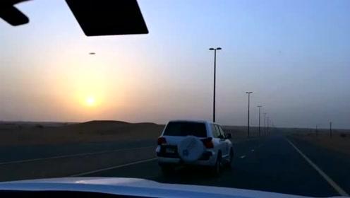 UFO划过沙漠上空,被网友拍了下来!的图片
