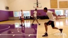 看NBA球员如何在行进中快速变相