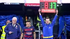 致敬传奇!伊涅斯塔2015年国家德比被换下场 伯纳乌球迷起立鼓掌