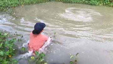 这鱼好大,把女人拖下水了
