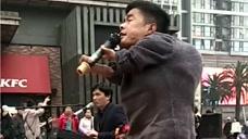 残疾流浪歌手,生活不易啊!这么冷的天在唱歌!