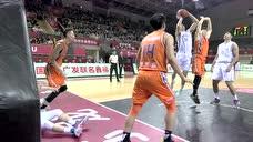 史鸿飞反击上篮不中 侯逸凡抓下篮板二次进攻打中