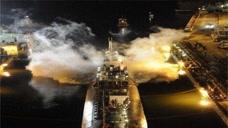 美国航母传来巨响!4架战机连环撞击,甲板一片浓烟
