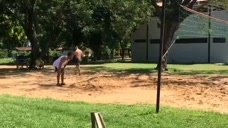小罗在巴拉圭监狱里面玩球