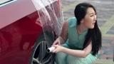 美女开敞篷跑车上班,怕下雨居然用保鲜膜包车,同事当场懵了!