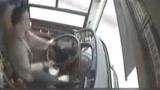 """重庆""""公交坠江""""原因公布:女乘客用手机殴打司机 一旁乘客嘶叫"""