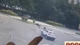 摩托车连人带车被撞飞十多米 乘客头部磕上路沿 颅骨骨折