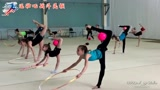 俄罗斯体操女孩训练,手拿球脚还套着圈,网友:要是我就顺拐了