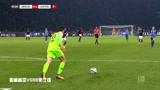 柏林赫塔VSRB莱比锡:蓝队球员打门失败,被守门员挡出边界