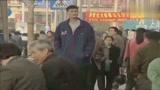 谁的青春不迷茫?18岁的姚明上海街头漫步,一枝独秀!