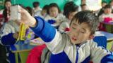 小明的同学上课录音,老师赞他,他说:晚上一听你讲课我就睡着了