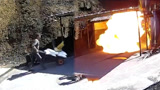 工人手推车里装烟花燃料 车轮静电引发爆燃