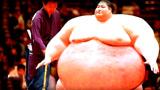 相扑选手娶80斤模特,婚后一年体重过高去世,妻子无奈继承5000万!