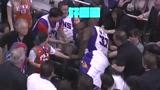 NBA轻松时刻:奥尼尔为救球扑向观众席,替补席队友被吓跑!