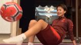 女足宅家也坚持训练!看王霜坐地这一套颠球,把足球玩成了魔术