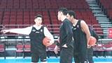 """北京首钢VS江苏男篮赛前训练,两主教练热聊+林书豪""""指导""""队友"""