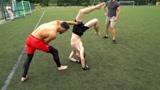 MMA票友足球场单挑,红裤帅哥几个抱摔真漂亮!