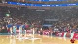周琦罚球时 北京主场有球迷拿波兰国旗嘲讽