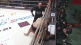 史上最惨日本拳王,被对手足球踢疯狂爆头!