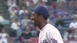 2000年科比.布莱恩特为洛杉矶道奇棒球队开球,年轻的老科笑的开心