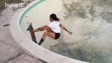 女滑手在废弃的游泳池里,吊打旁边的一群男生