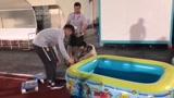 条件简陋!开赛前3天还在修路,中国国奥后勤用儿童泳池为球员做冰敷