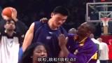 科比和姚明打篮球时,安慰姚明要放松,是位了不起的球星!