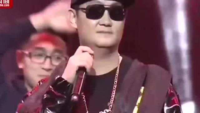 2018年1月,马化腾在腾讯北京分部,和员工一起演绎了一场别开生面的年会。他变身嘻哈Boy,深情演唱嘻哈歌曲《至少还有你》,让现场员工眼前一亮,原来你是这样的小马哥。而且在2017年,腾讯的圣诞晚会上,马化腾还演唱了《差不多先生》,不愧是紧跟潮流的小马哥。