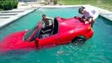 有钱任性?小伙开车冲进游泳池,不怕车被泡坏吗?