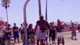 有比基尼美女就是开心!魔兽霍华德在威尼斯沙滩表演扣篮