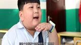 小学生教室吃韭菜包子,同学忍无可忍拖鞋反击