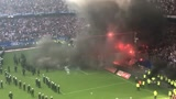 德国足球甲级联赛!被降级 !汉堡球迷发泄情绪,现场炸锅了!