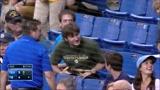 球手在打球时不慎甩飞棒球棍,观众席上的球迷徒手接住堪称神人