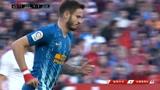塞维利亚VS马德里竞技:蓝队球员想要远射,却打出界外