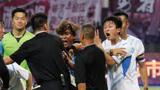 足球场上再现冲突!东欧豪门球队爆冷输给国青,赛后集体围攻中国裁判