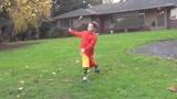 男孩棒球打水果,成功击飞,真是太棒了!