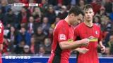 弗莱堡VS美因茨:足球被守门员挡出球门,使红队没有得分